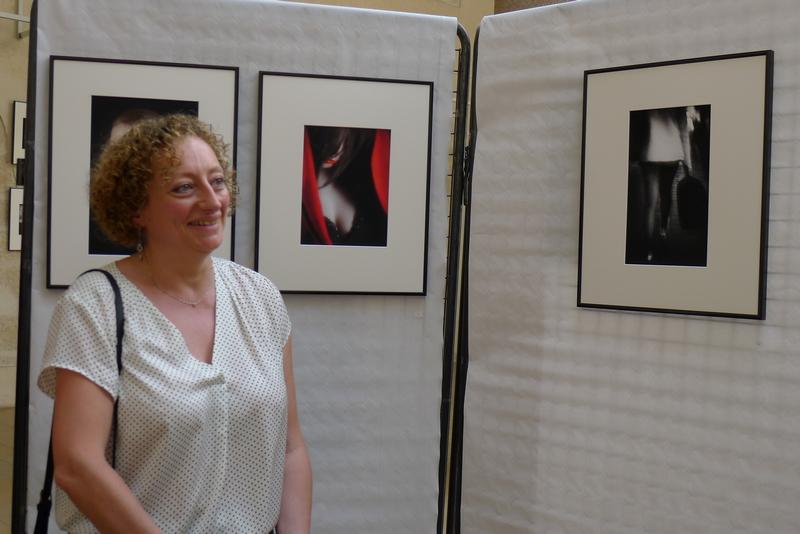 Anne devant sa photo primée `La valise`